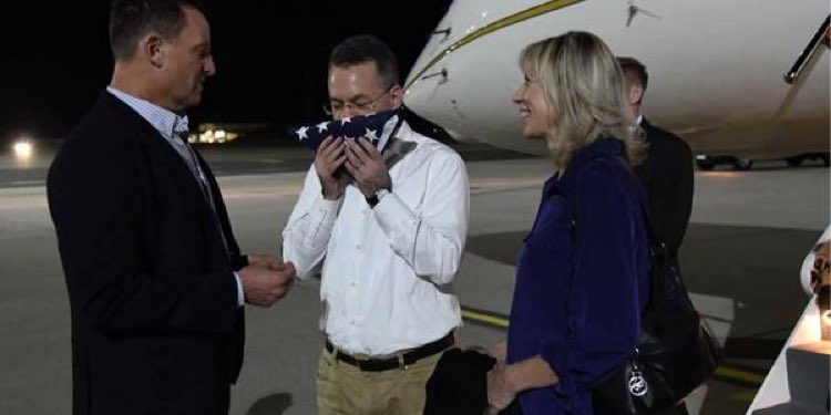Misionero que estuvo preso en Turquía llega a Estados Unidos