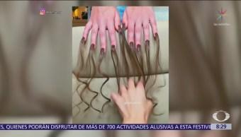 Aplican uñas con pelo en Moscú, Rusia