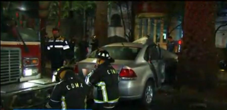 Auto se estrella contra palmera en la Condesa