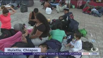 Autoridades de Huixtla reparten agua y alimentos para caravana de migrantes