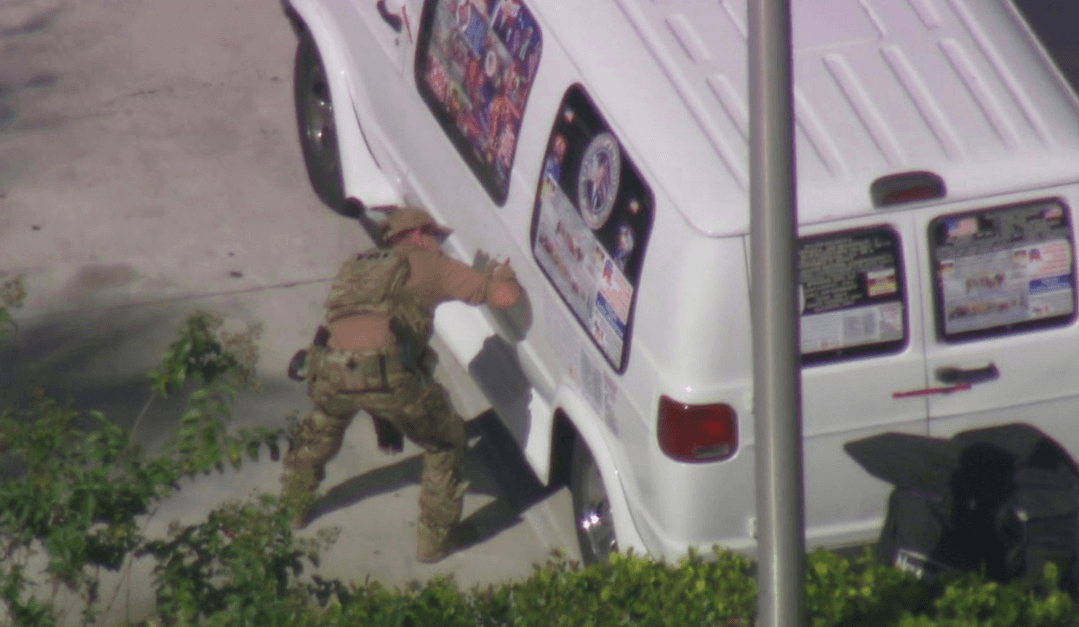 Camioneta confiscada tras arresto por paquetes bomba. (Reuters)