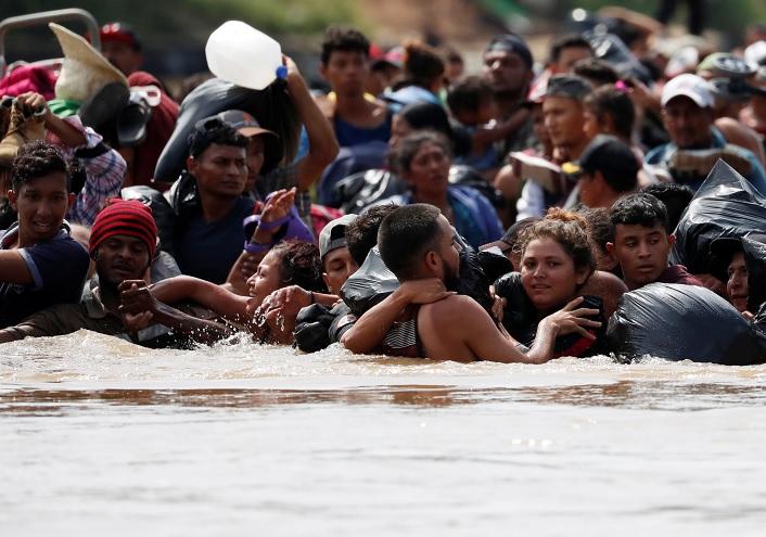 Caravana migrante cruza río que separa a Guatemala de México