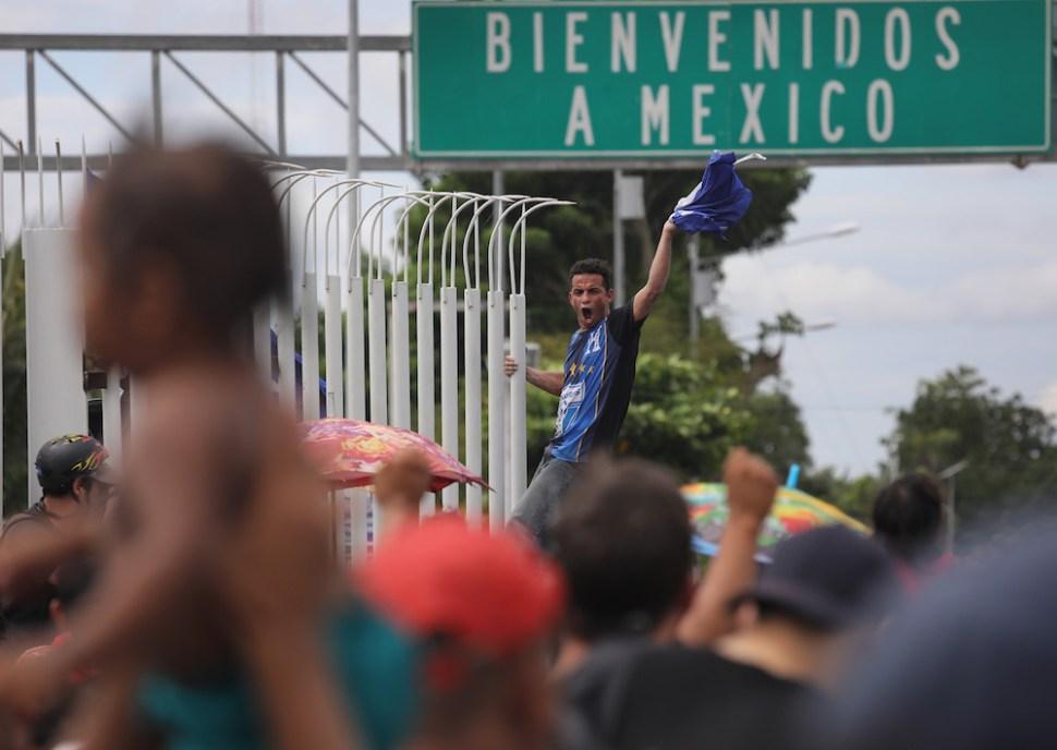 Caravana migrante en la frontera de Guatemala y México