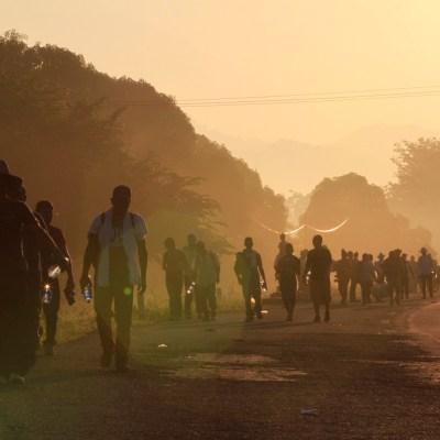 Caravana migrante inicia marcha de Huixtla a Mapastepec, Chiapas