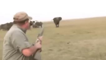 Video Cazadores Elefantes Manada Disparan Huyen Redes Sociales