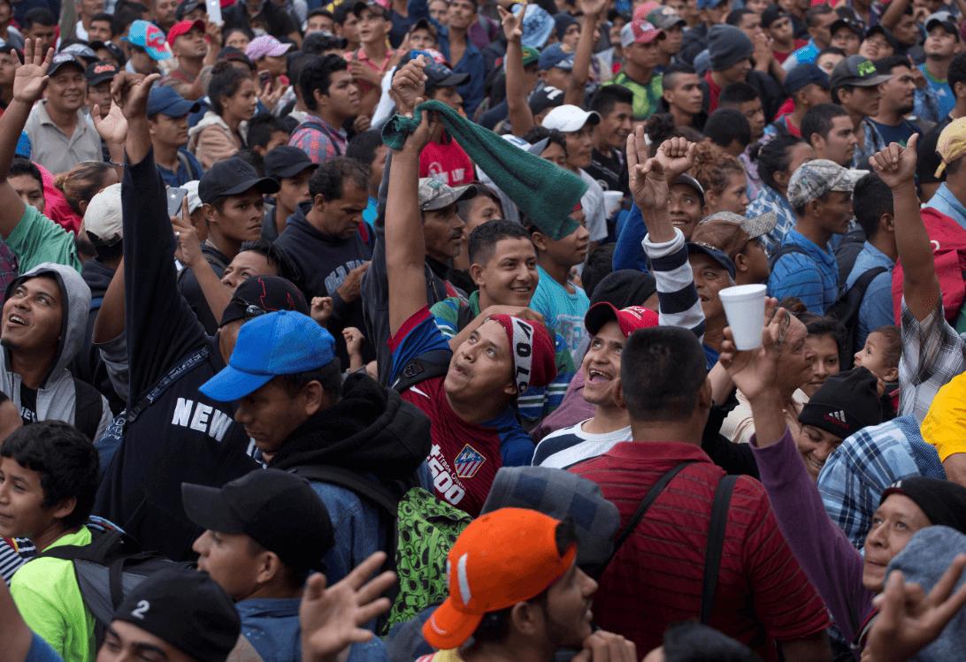 Cientos de migrantes en la frontera entre Guatemala y México. (AP)
