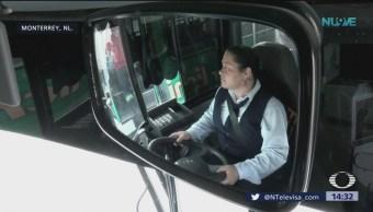 Conductora en Monterrey baja al pasaje para llevar a mujer al hospital