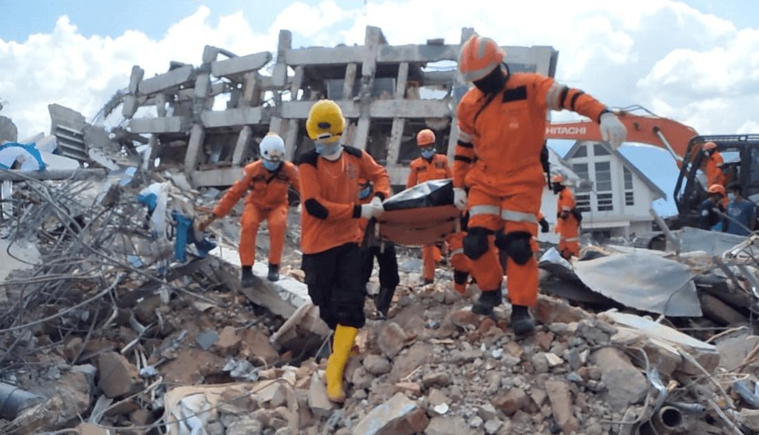 Continúa el rescate de víctimas en Indonesia. (EFE)
