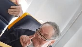 Pasajero que insultó a mujer en avión dice no es racista