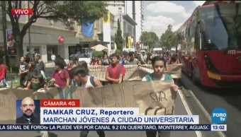 Decenas de jóvenes marchan hacia Ciudad Universitaria