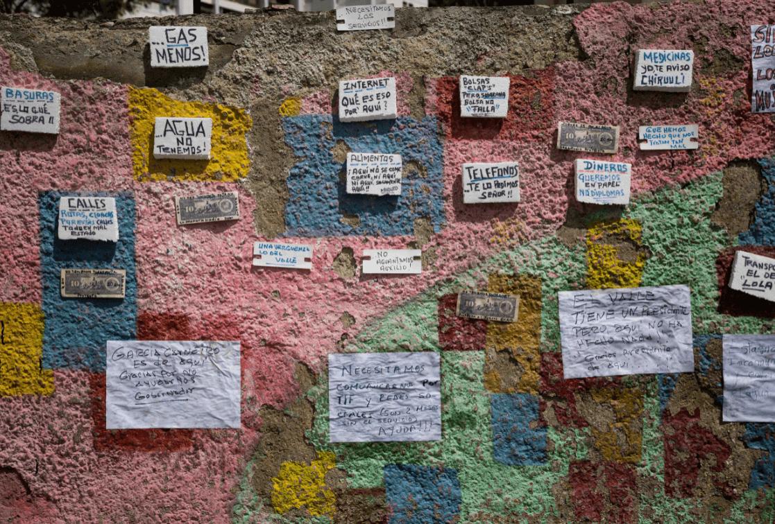 Detalle de carteles y billetes con inscripciones de protesta colocados en paredes en Venezuela. (EFE)