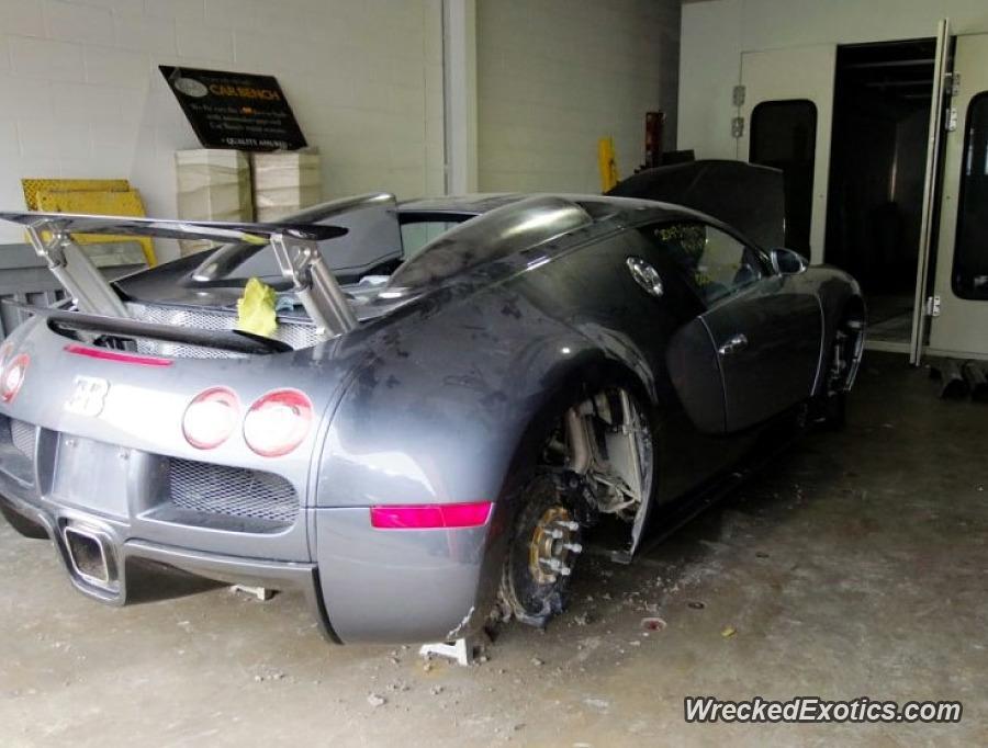 El Bugatti Veyron perdió las llantas y tuvo que ser reparado tras salir del agua (WreckedExotics)