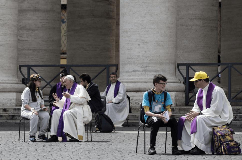 El papa Francisco y algunos sacerdotes durante el Jubileo de los jóvenes en 2016. (AP, archivo)