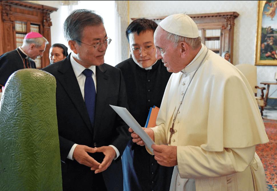 El papa Francisco y el presidente de Corea del Sur intercambian regalos. (EFE)