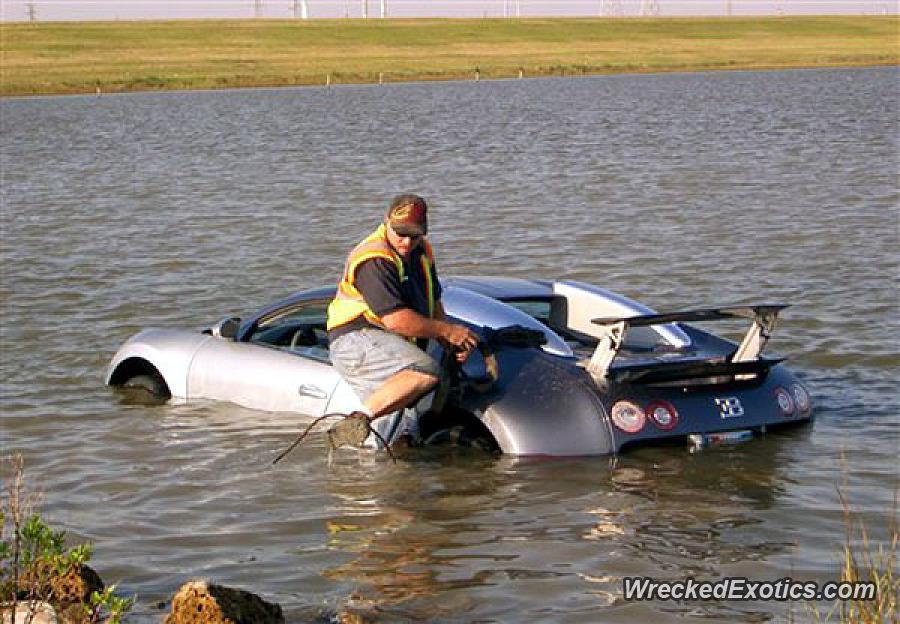 El techo de un Bugatti Veyron sobresale de un lago mientras el dueño intenta salir (WreckedExcotics)