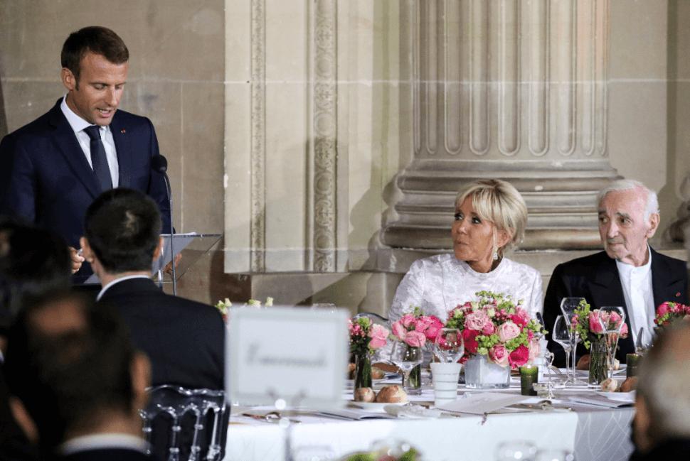 Emmanuel Macron, su esposa y Charles Aznavour. (AP, archivo)