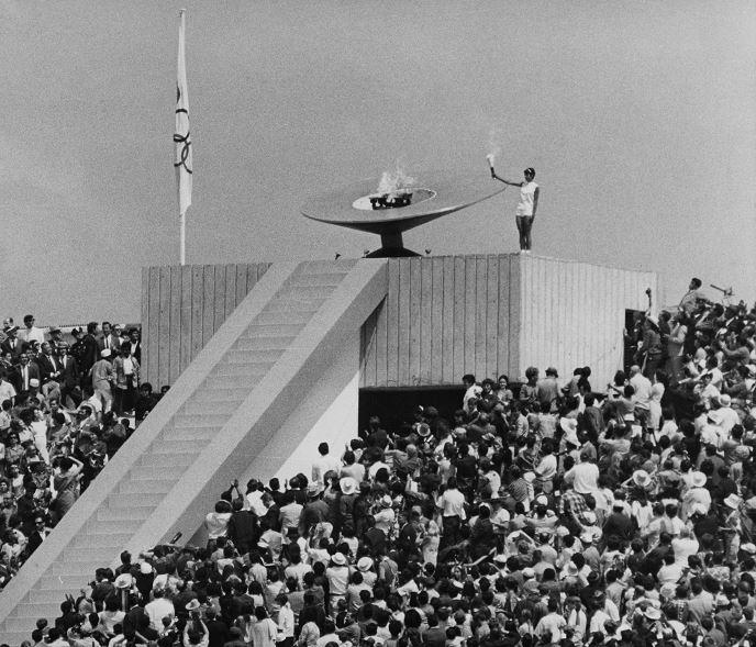 Desfilan figuras de México 68 por Estadio Olímpico Universitario