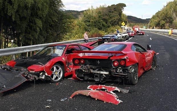 Estos dos vehículos Ferrari se vieron ivolucrados en una carambola de múltiples autos exóticos en Yamaguchi, Japón (WreckedExotics)