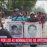 Familiares desaparecidos de Ayotzinapa marchan sobre Reforma