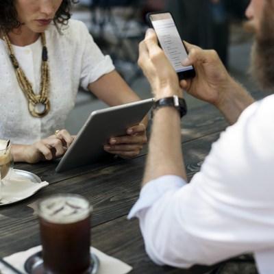 Mexicanos fingen utilizar el celular para ignorar a las personas: Estudio