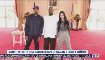 Kanye West y Kim Kardashian regalan tenis a niños