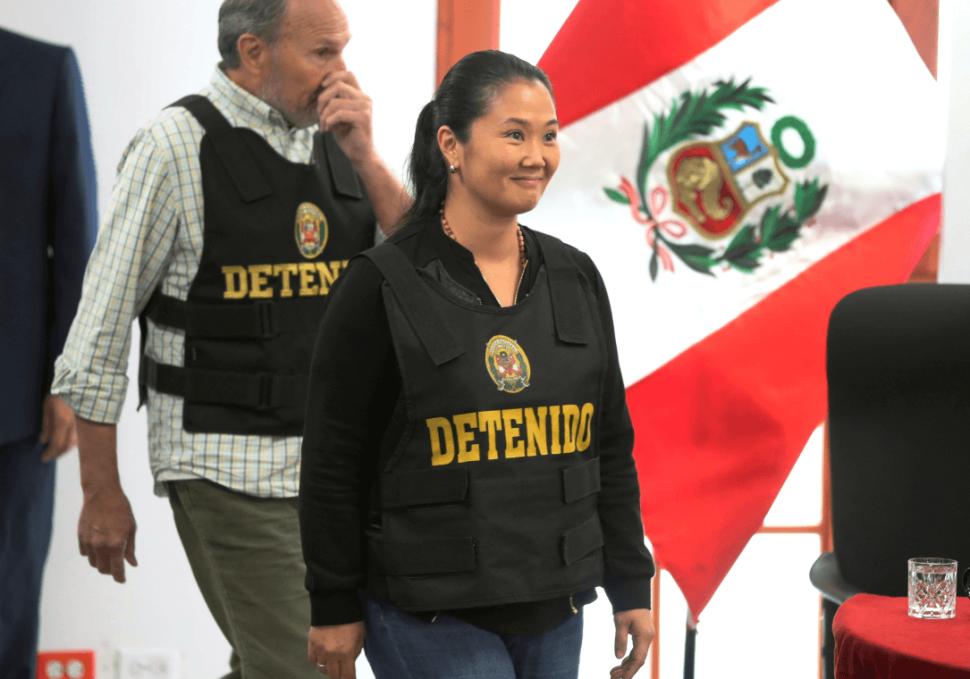 Keiko Fujimori ingresa a una corte en Lima. (AP)
