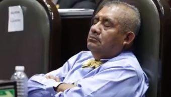 Diputado de Morena Manuel Huerta se duerme en su curul