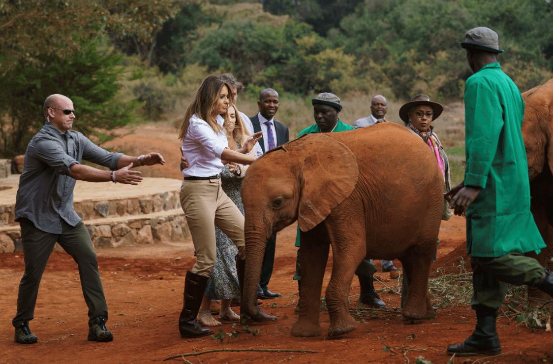 Melania Trump desata la polémica por lucir un sombrero salacot en Kenia