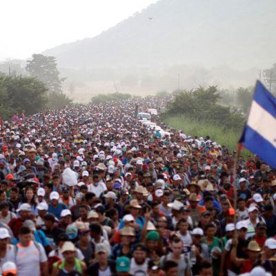 Caravana de migrantes llega a Oaxaca tras bloqueo policial