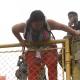Caravana de migrantes escala reja en frontera de Guatemala para cruzar a México