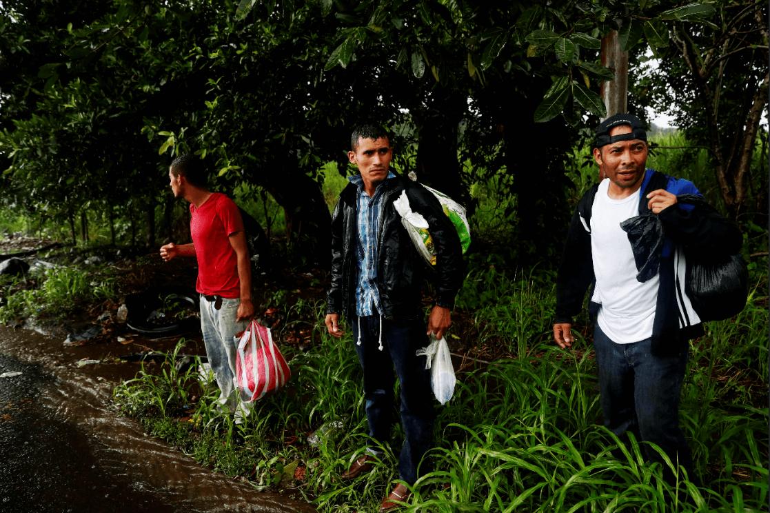 Migrantes hondureños en una carretera de Guatemala. (EFE)