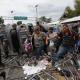 Caravana de migrantes escala reja en frontera de México