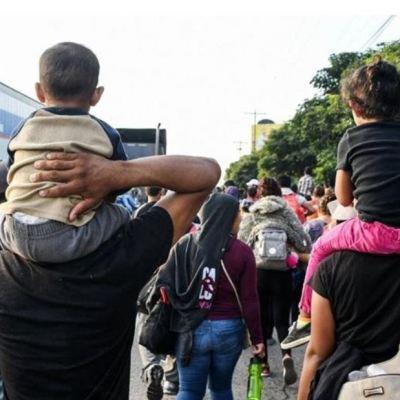 Caravana de migrantes hondureños viaja a frontera sur de México