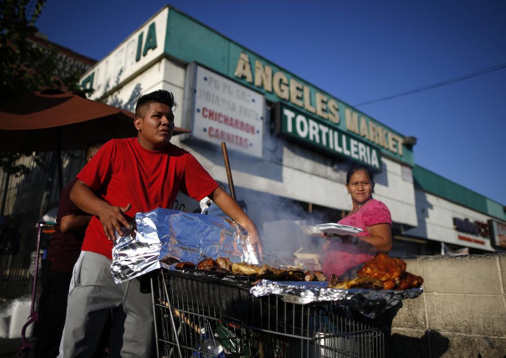 Inmigrantes vendiendo comida en Los Ángeles, California