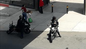Pelea con policías y se lleva a uno con el carro