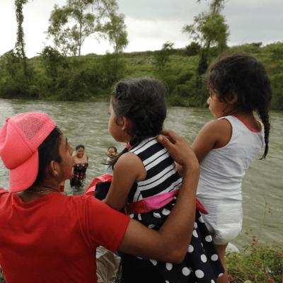 Niños migrantes de caravana resisten cansancio para llegar a EU