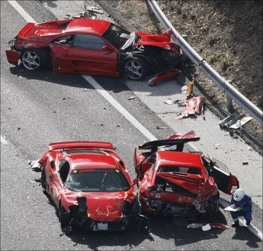 Otra toma que captura a tres de los vehículos involucrados en el choque de 13 autos exóticos en Japón (WreckedExotics)
