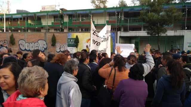 Padres de familia realizan bloqueo en Chapultepec