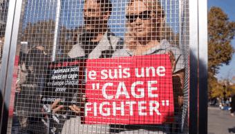 Pamela Anderson se enjaula para denunciar cría de animales