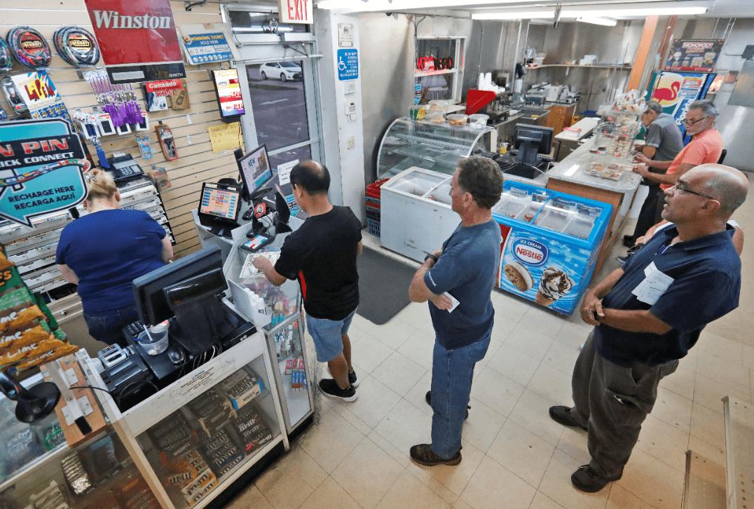 Personas hacen fila para comprar un billete de lotería en EU. (AP)