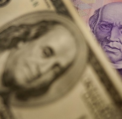 Peso mexicano pierde ante entorno internacional adverso, dólar cotiza a 19.60