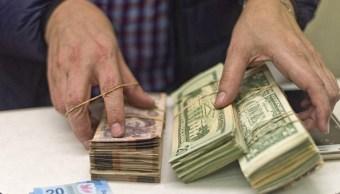 Peso mexicano pierde ante fortaleza del dólar, a 19.34