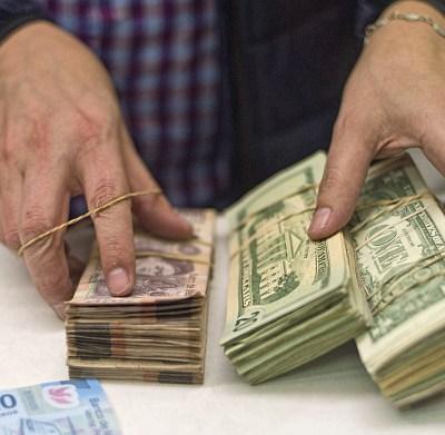 Peso mexicano pierde ante fortaleza del dólar, que cotiza a 19.34