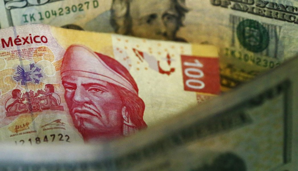 Peso mexicano cae tras consulta de nuevo aeropuerto