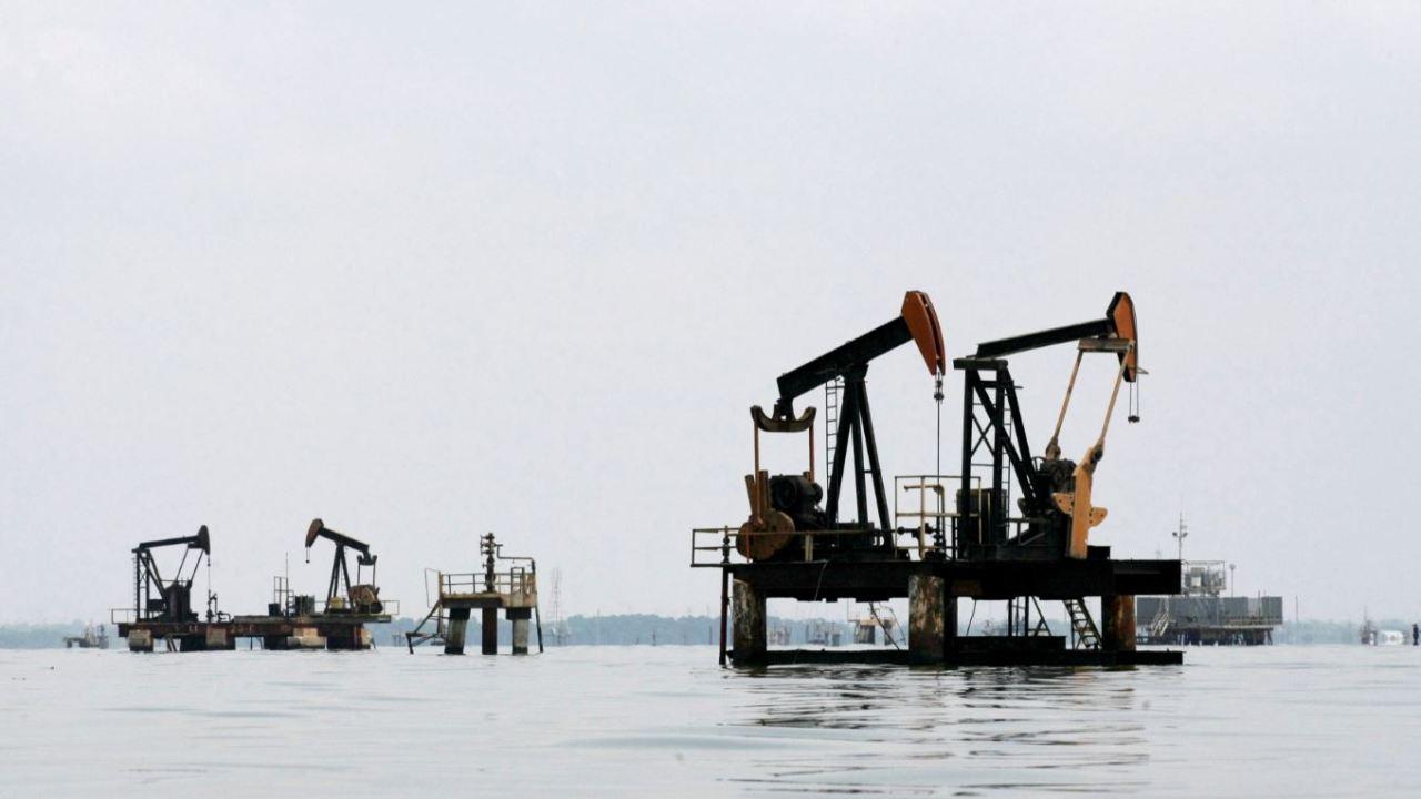Petróleo Brent supera los 81 dólares, recorta ganancias