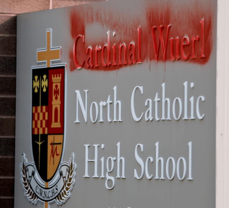 Pintura cubre el nombre del cardenal Wuerl en escuela de Pensilvania. (AP)