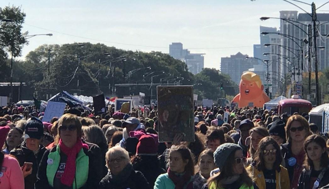 Miles se manifiestan en Chicago contra la política Trump