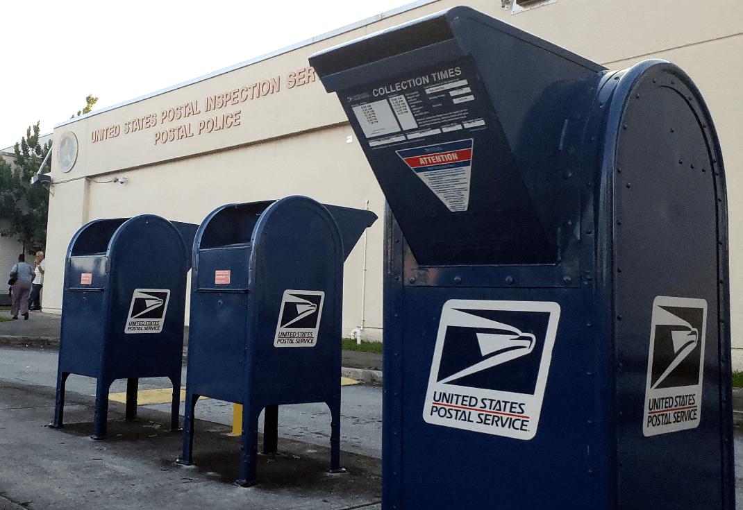 Servicio de Inspección Postal de EU, cerca del Aeropuerto Internacional de Miami. (Reuters)