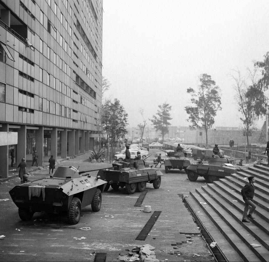 Tanquetas militares se organizan en la Plaza de las Tres Culturas, en 1968