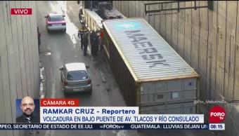 Tráiler abandona caja volcada en Río Consulado